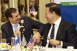 Kerry-Adler-SkyPower-President-and-Chief-Executive-Officer-and-Panamanian-President-Juan-Carlos-Varela-shake-hands-at-the-breakfast-announcement-in-New-York.1-300x210-300x210