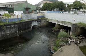 Rio Curundu, the most polluted in Panama City.
